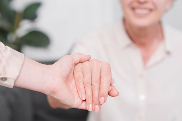 Femme tenant main femme senior